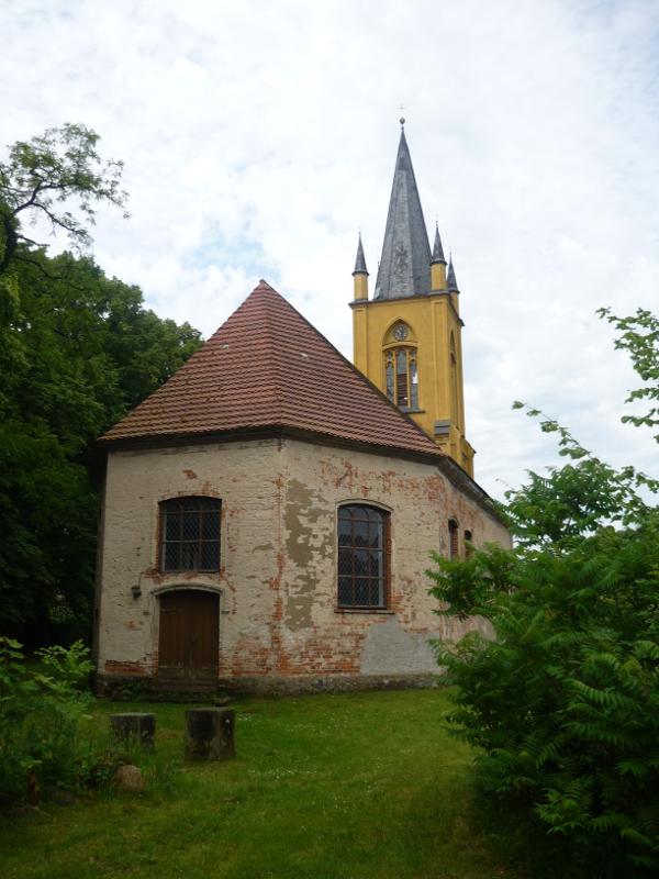 Kirche Prillwitz von hinten. Der Turm ist Gelb, der Anbau alter Backstein.