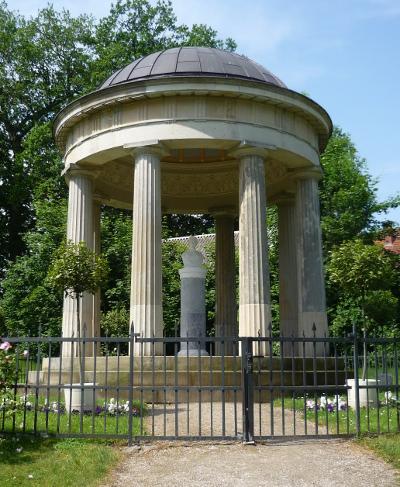 Ein Marmor Pavillon in dessen Mitte eine Büste von Louise steht.