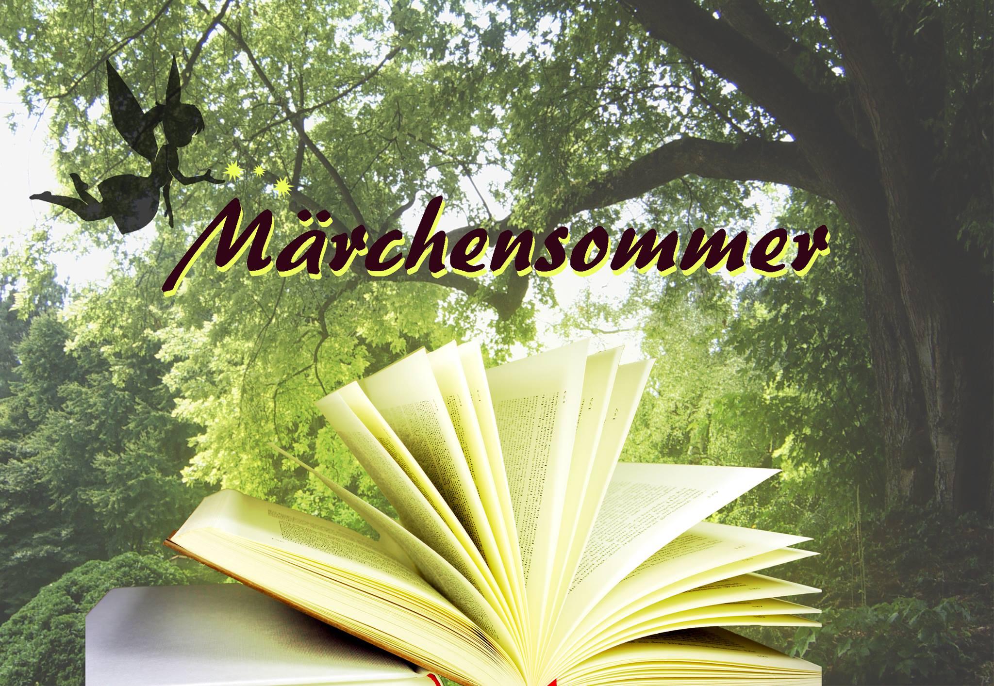 Das alte Märchensommer Logo mit Fee, die Glitzer auf den Märchensommer Schriftzug über einem aufgeschlagenen Buch streut. Im Hintergrund ein Wald.