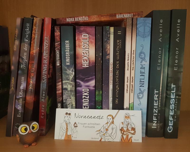"""Die unten genannten Bücher nebeneinander, eines aufliegend. Davor die winzige Eulenfigur und ein Lesezeichen des Nornennetzes mit den drei Figuren Steampunk-Urd, Kampfsport-Verdandi und SciFi-Skuld und dem Schriftzug """"Nornennetz Frauen schreiben Fantastik"""""""