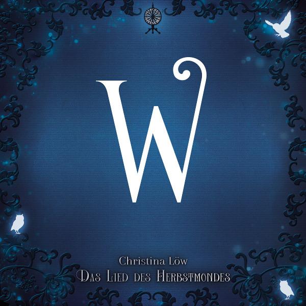 """Ein blaues Viereck, aus allen Ecken ragen dunklere Ranken auf denen teils Lichteulen sitzen oder gerade landen. In der Mitte ist oben das Spinnrad-Logo der Märchenspinnerrei, darunter ein großes, weißes W. Am unteren Rand steht """"Christina Löw Das Lied des Herbstmondes"""""""